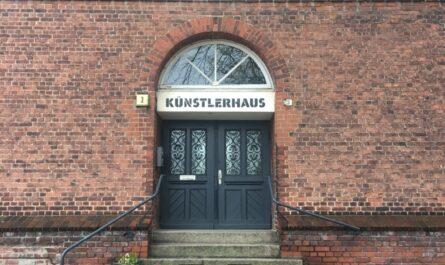 Eingang Künstlerhaus in Georgswerder, Eingangstüren mit Steintreppen davor, Gedenktafel zum Erbauungsjahr 1902 bis 1903, Backsteingebäude