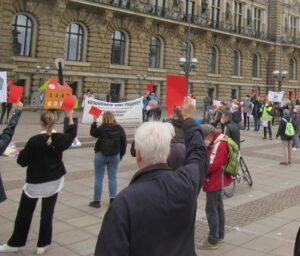 Die Demonstranten zeigen auf dem Rahausmarkt die rote Karte