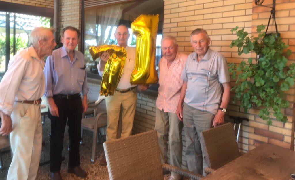 fünf Herren aus dem Entlassungsjahrgang 1950 Schule Rahmwerder  Straße posieren mit einer goldenen 71 in der Gaststätte Kupferkrug Georgswerder