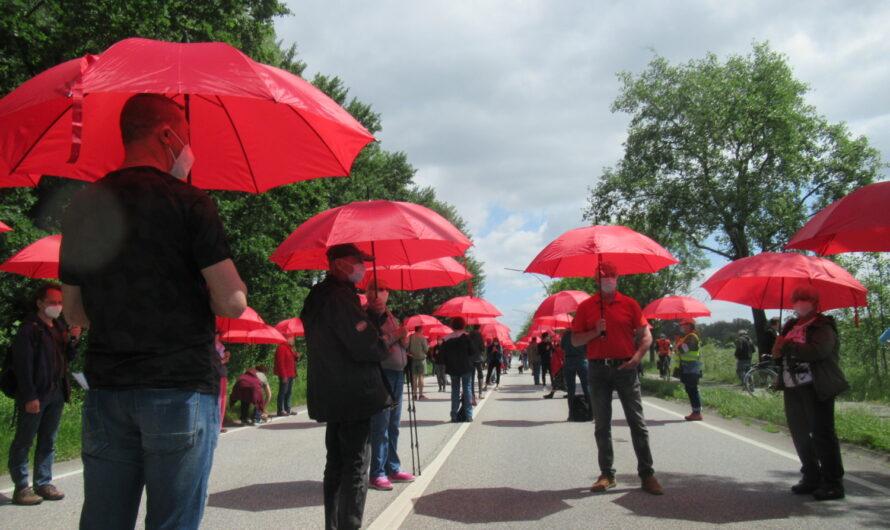 105 Regenschirme gegen die A26 Ost