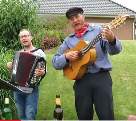 Auf dem Foto singen und spielen Kabel Jo in einem Garten