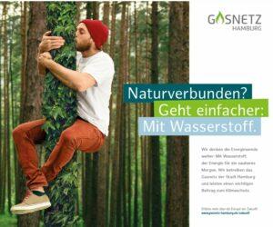 Das Bild für eine Kampagne von Gasnetz Hamburg für grünen Wasserstoff zeigt einen jungen Mann, der einen efeubewachsenen Baum hoch klettert.