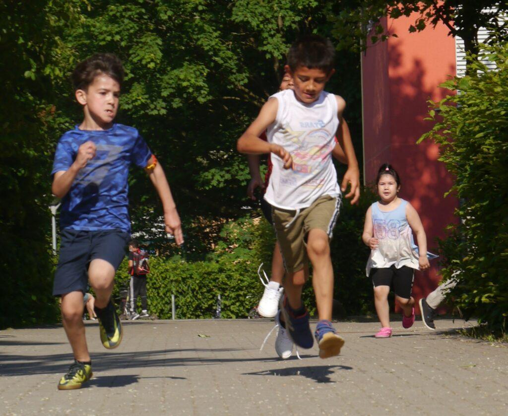 Auf dem Foto sieht man einige Schüler beim Lauf auf dem Schulhof