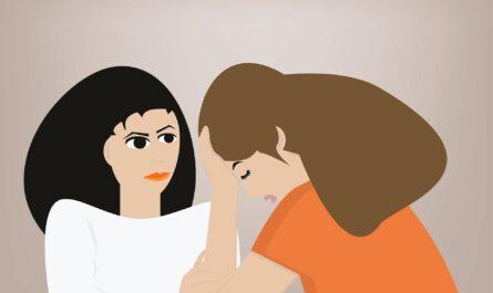 Das Bild zeigt zwei Frauen im Gespräch. Eine Frau schaut die andere besorgt an. Die hat wohl ein Problem.