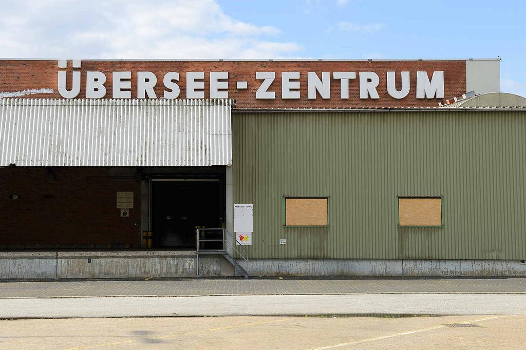 """Lagerhaus auf dem Grasbrook mit der Beschriftung """"Übersee-Zentrum"""""""