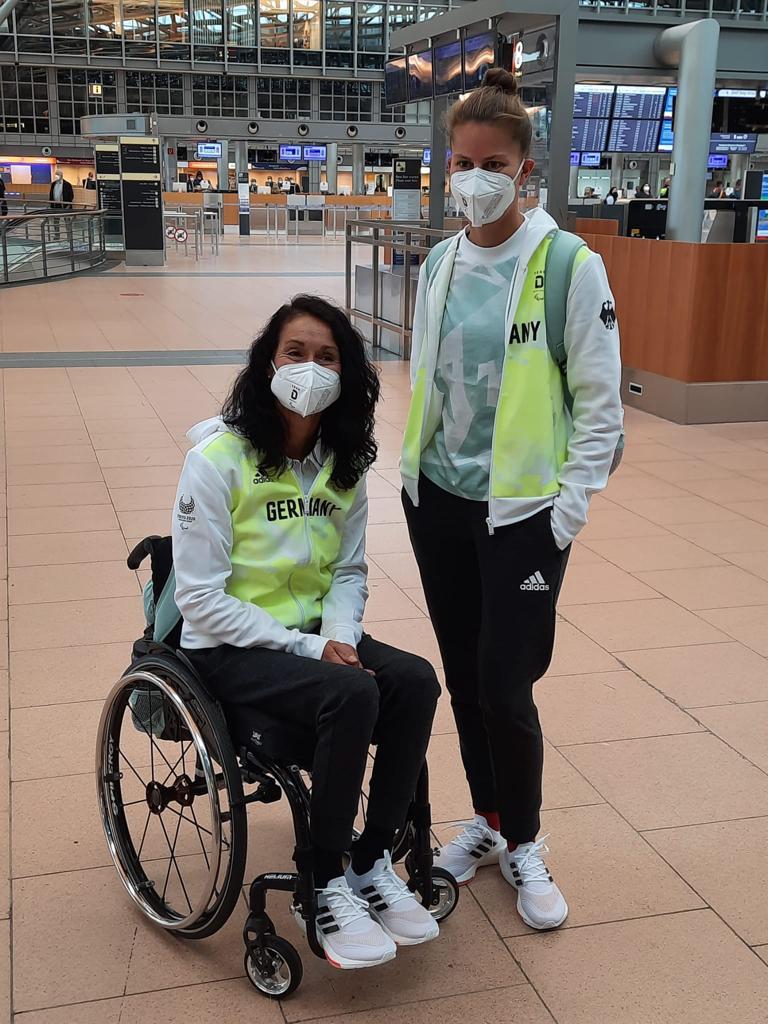 Syvia Pille-Steppat mit ihrer Trainerin in der Abflughalle des Hamburger Flughafens