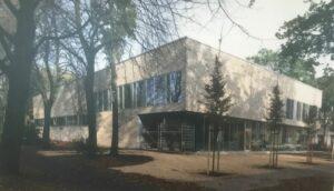 Das Bild zeigt das Sprach- und BNach dem zweiten Weltkrieg ging es erst einmal darum, Wohnungen zu bauen. Da kam es auf die Masse und nicht auf die Qualität an. Nach fast 30 Jahren wurden dann 1971 das Städtebauförderungsgesetz in Bonn verabschiedet und die Bund-Länder-Finanzierung auf den Weg gebracht.wegungszentrum im Reiherstiegviertel.