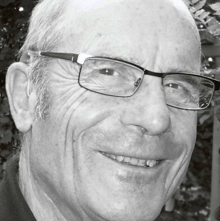 Ein Schwarz-Weiss-Portraitfoto von Hildebrand Henatsch, lächelnd.